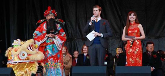 【蜗牛棋牌】美兰迪代表亚洲女性登伦敦特拉法加广场舞台,宣扬中国文化带领观众齐声同唱新年好