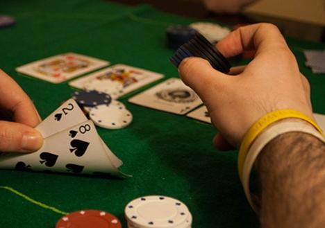 【蜗牛棋牌】为什么扑克新手应该运用诈唬?