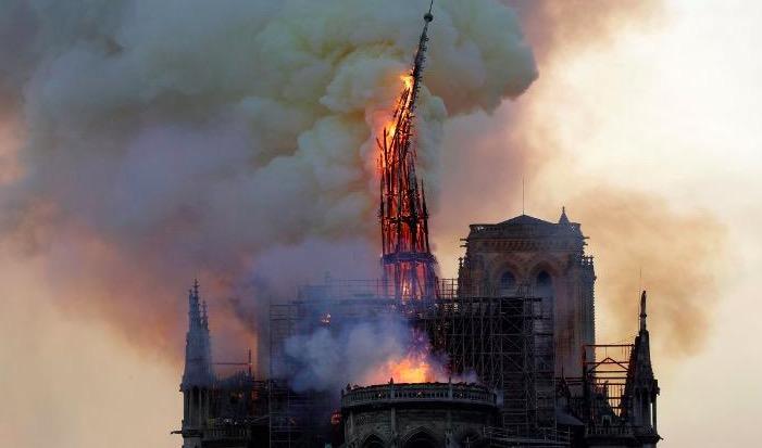 【蜗牛棋牌】巴黎圣母院大火正值晚高峰  一名消防员身受重伤