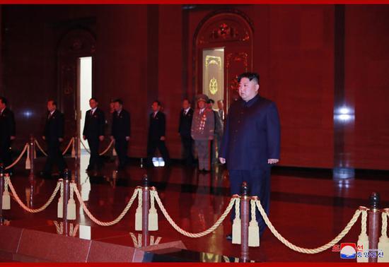 【蜗牛棋牌】金正恩参谒锦绣山太阳宫 纪念金日成诞辰107周年