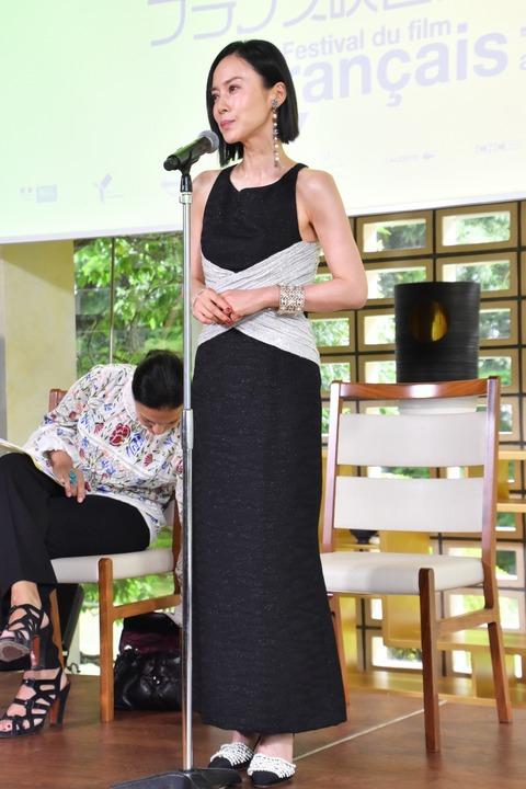 【蜗牛棋牌】中谷美纪出席横滨法国电影节 穿黑色修身长裙气质优雅
