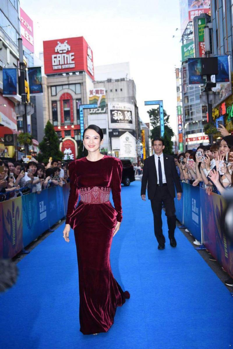 【蜗牛棋牌】章子怡日本宣传《哥斯拉》 被粉丝包围着拍照