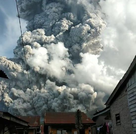"""【蜗牛棋牌】印尼火山喷出冲天浓烟柱 进入""""红色警戒""""状态"""