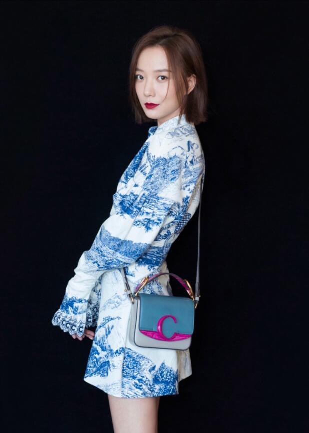【蜗牛棋牌】王珞丹现身时装秀 蓝色印花裙尽显摩登气息