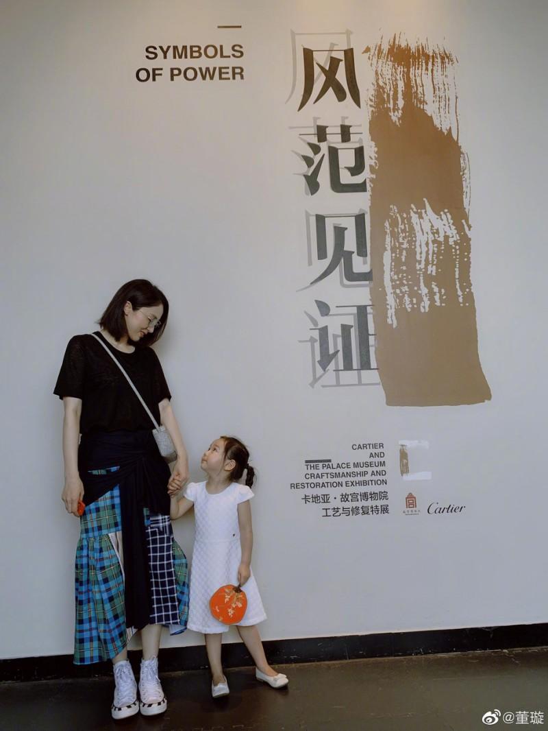 【蜗牛棋牌】董璇离婚后带女儿看展览 女儿五官超像高云翔