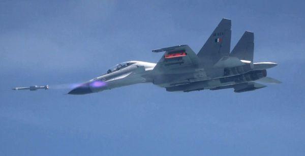 【蜗牛棋牌】印度试射超视距空空导弹 最大射程110公里