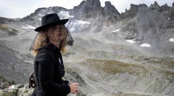 """【蜗牛棋牌】瑞士一座冰川即将消失 数百人着黑衣为其""""送葬"""""""