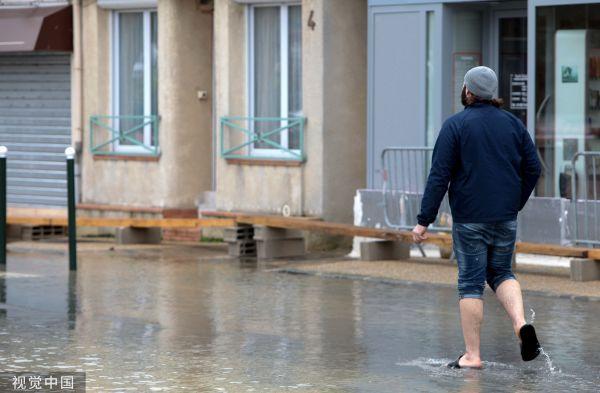 【蜗牛棋牌】外媒:塞纳河水位上涨 卢浮宫为25万件藏品搬家