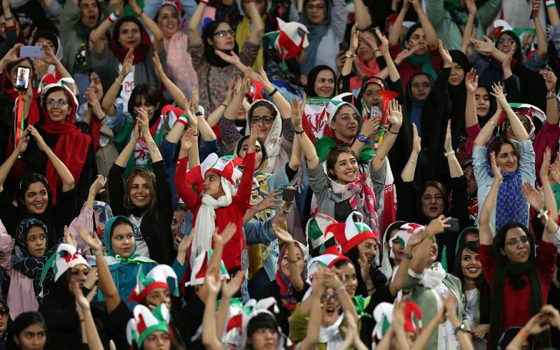 【蜗牛棋牌】伊朗女性40年来首次入场观赛 见证主队14比0大胜