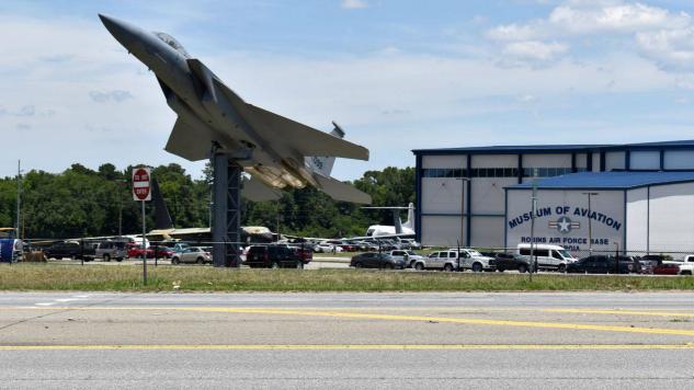 【蜗牛棋牌】美国三名男子开车擅闯空军基地 被撞死