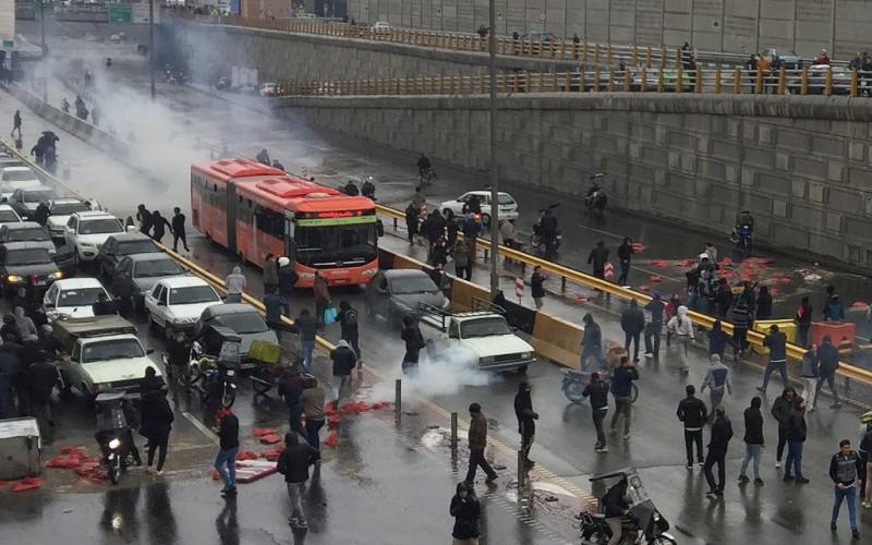 【蜗牛棋牌】伊朗上调油价引多地抗议 哈梅内伊谴责蓄意破坏者