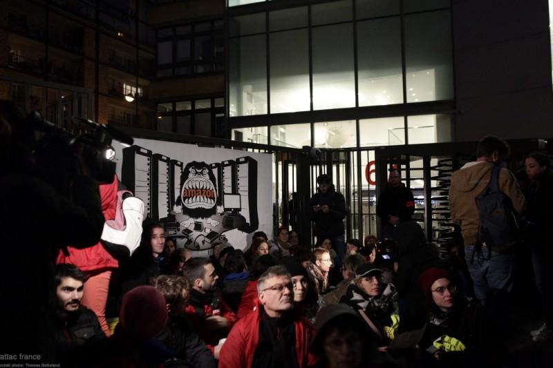 """【蜗牛棋牌】""""黑五""""当天 巴黎示威者围堵亚马逊总部大楼"""