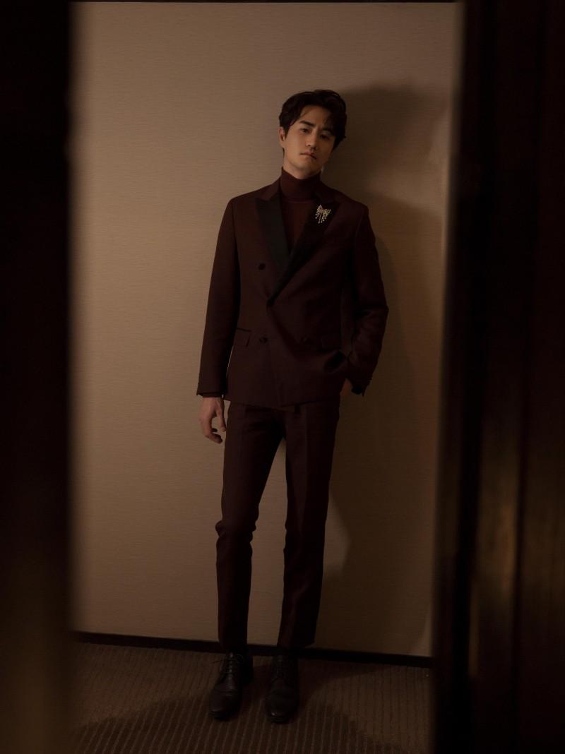 【蜗牛棋牌】杨玏亮相时尚盛典   酒红西装被赞熟男穿搭模版