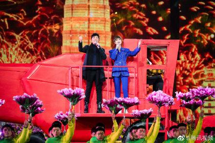 【蜗牛棋牌】李宇春站在收割机上献唱幸福长流母亲河