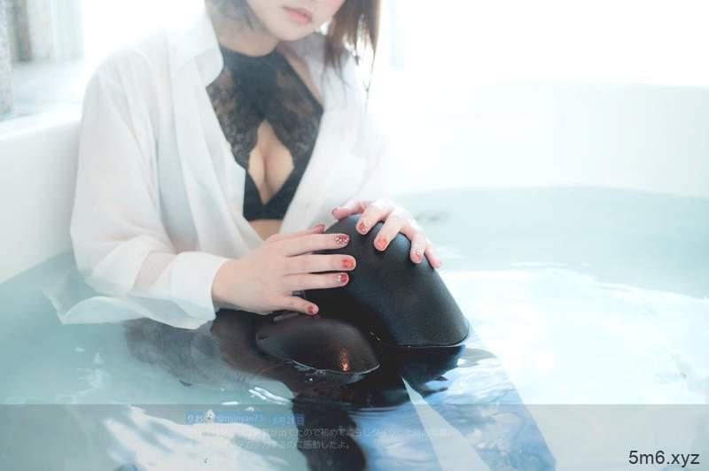 """【蜗牛棋牌】Coser正妹上演""""湿身黑丝袜"""" 黑丝袜美女性感撩人"""