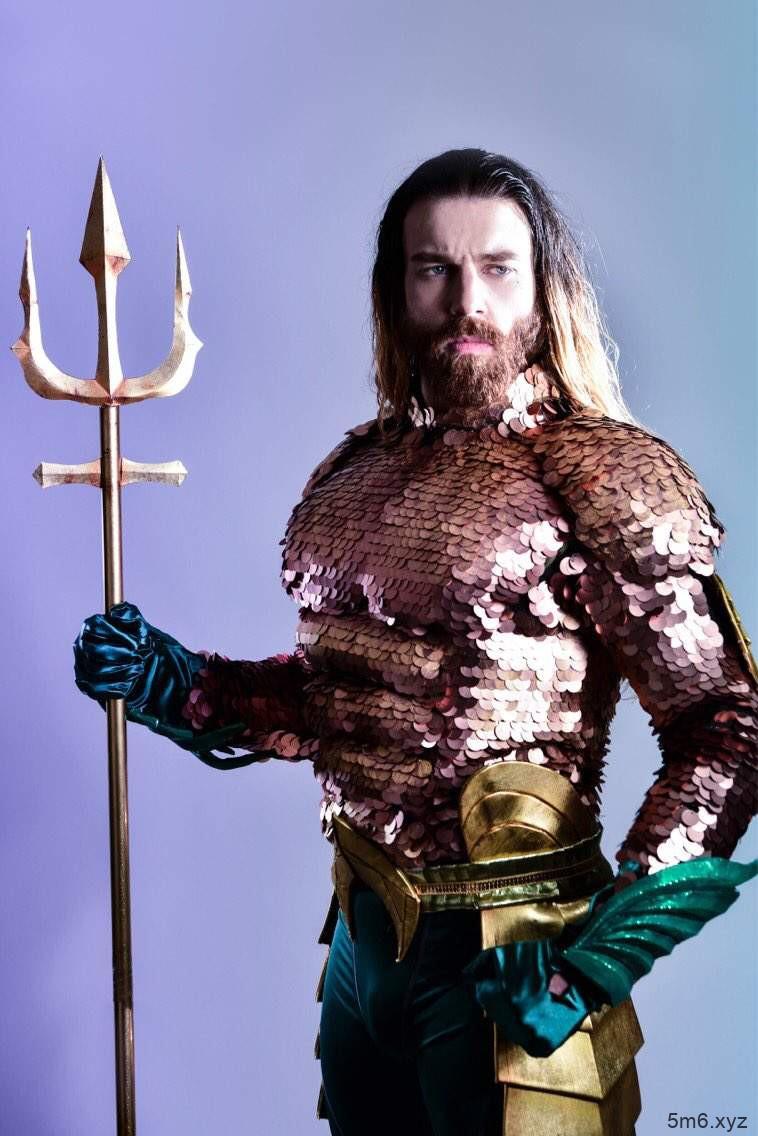 【蜗牛棋牌】胡须女Cosplay海王还原度高 Ladybeard首次扮演男性角色