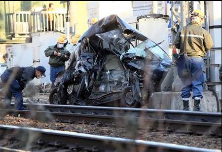 【蜗牛棋牌】日本一辆汽车冲上铁轨与电车相撞 51岁司机死亡