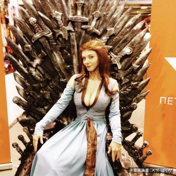 【蜗牛棋牌】正妹Coser乳量升级版神还原 《冰与火》Tyrell王后真面目美呆了