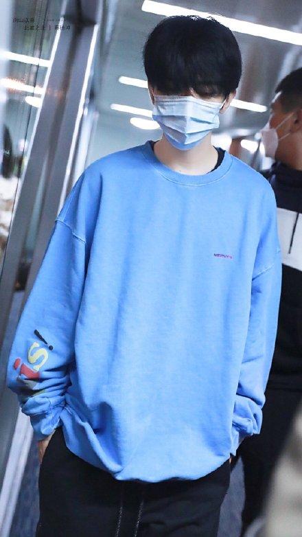 【蜗牛棋牌】蔡徐坤穿蓝色卫衣现身机场 叮嘱粉丝不要再来接机
