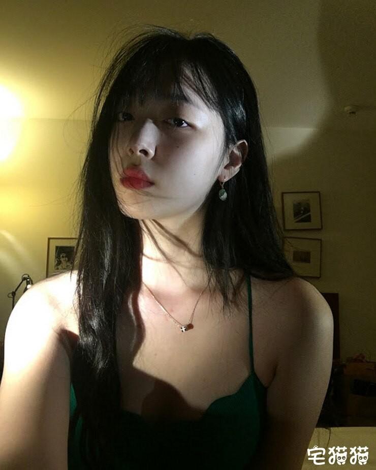 【蜗牛棋牌】韩国当红女团明星Sulli(雪莉)上身真空凸点照/无胸罩照片曝光!