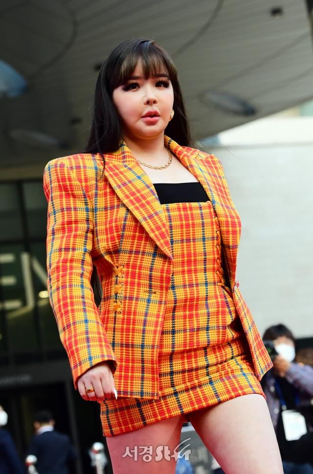 【蜗牛棋牌】韩国女歌手朴春亮相大钟奖红毯 脸部僵硬疑整容过度