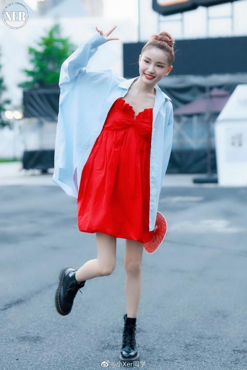 【蜗牛棋牌】林小宅分手后首次亮相参加活动 穿红裙秀大长腿