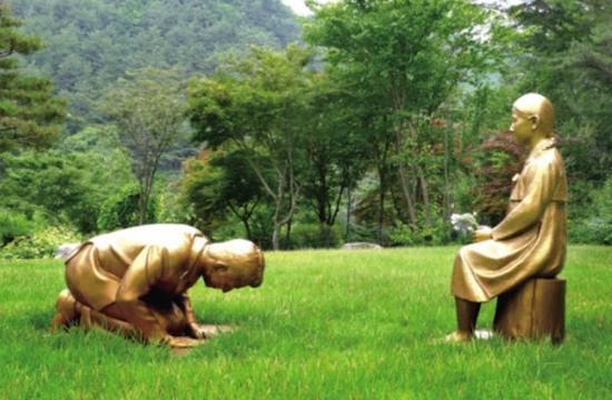 【蜗牛棋牌】韩国新建男子向慰安妇道歉雕像:外形酷似安倍(图)