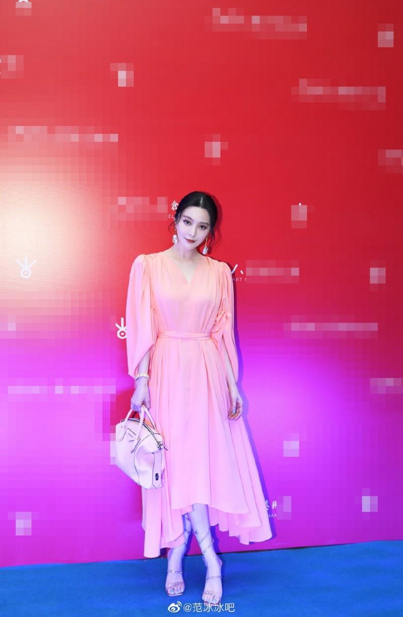 【蜗牛棋牌】范冰冰穿粉色长裙现身 气质优雅状态不错