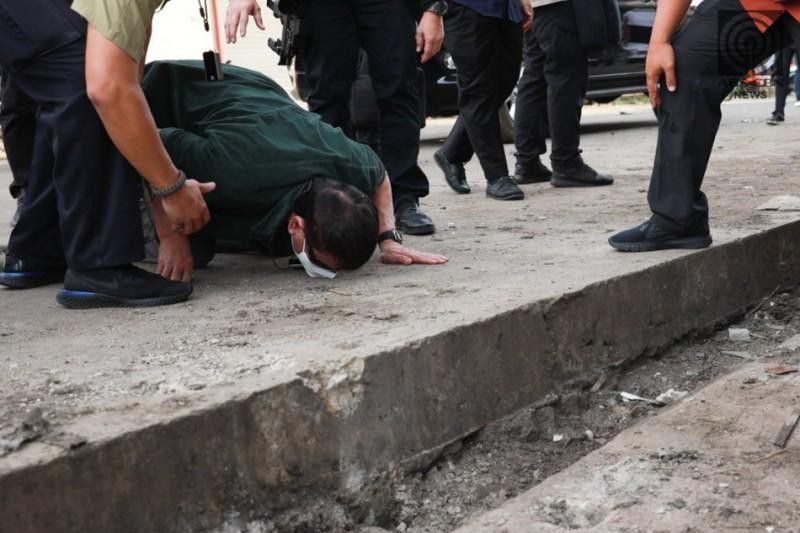 【蜗牛棋牌】杜特尔特跪地亲吻地面 为连环爆炸案遇难者吊唁