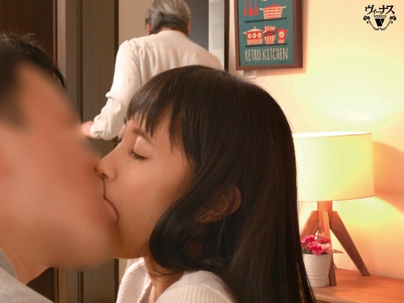 【蜗牛棋牌】VENU-960:逢见リカ每天和儿子送老公出门后,两秒就立刻和儿子合体