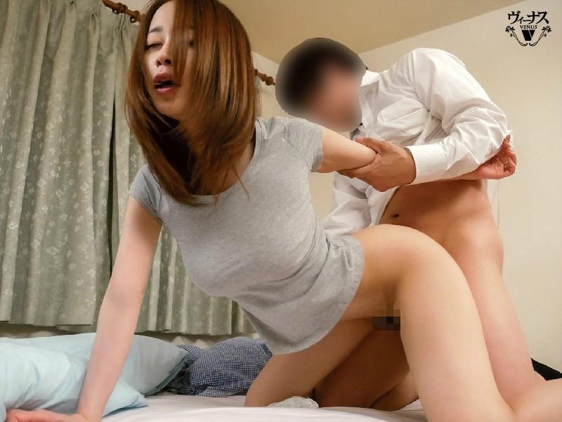 【蜗牛棋牌】VENU-971:把睡着的继母的屁股误认为是媳妇的屁股,不知道是继母马上插入