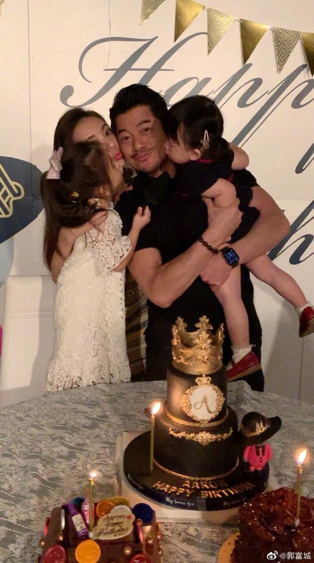 【蜗牛棋牌】郭富城生日发文感谢祝福 被老婆女儿拥吻表情幸福