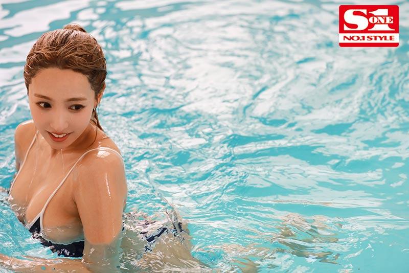 【蜗牛扑克】SSNI-916:巨乳泳装女老师三上悠亜把学生当人肉按摩棒用!