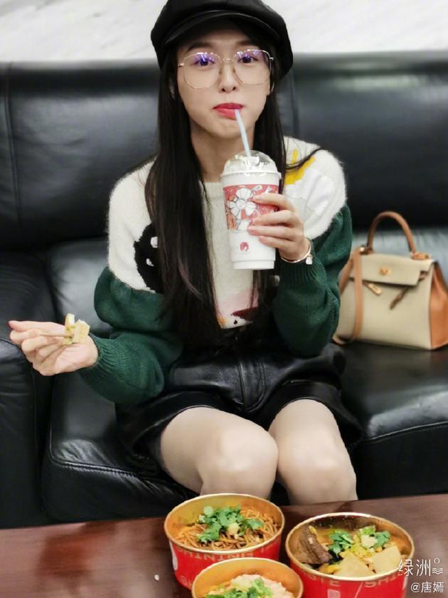 【蜗牛棋牌】唐嫣深夜喝奶茶享受三碗美食 绿洲晒图表情俏皮
