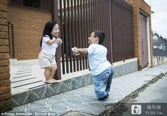"""【蜗牛棋牌】2人加起来不到180cm!""""世界最矮情侣""""曝相爱过程:命运一般的转折!"""
