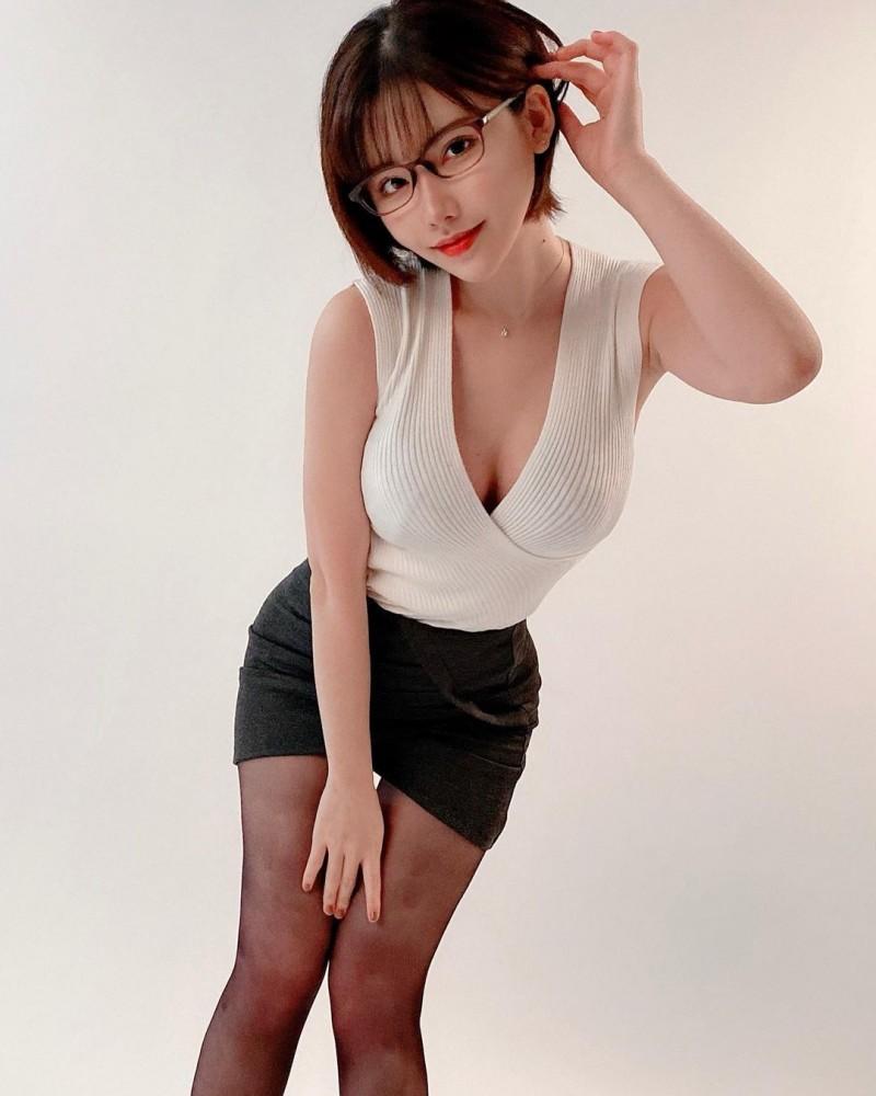 【蜗牛棋牌】是エロ舞吧!深田えいみ大跳「限制级版恋舞」 OL妆扮骚气十足