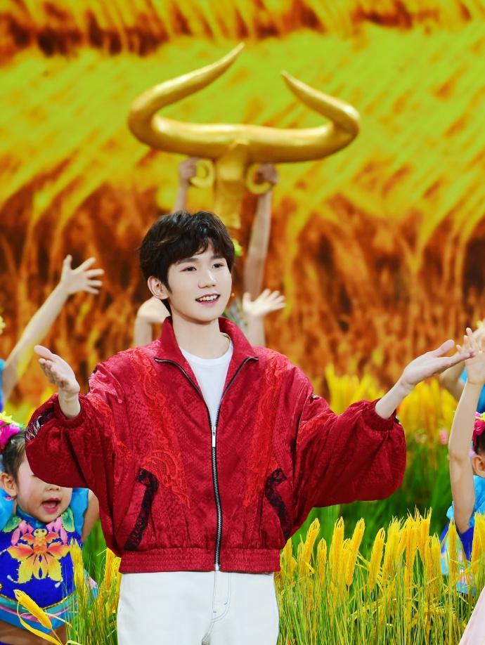 【蜗牛棋牌】王源春晚舞台带来少儿节目 动作俏皮笑容开朗为小朋友送祝福