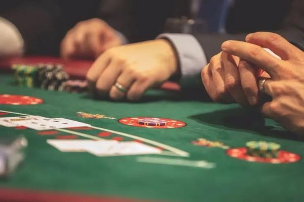 【蜗牛棋牌】德州扑克中的顶对弱踢脚应该怎么打?