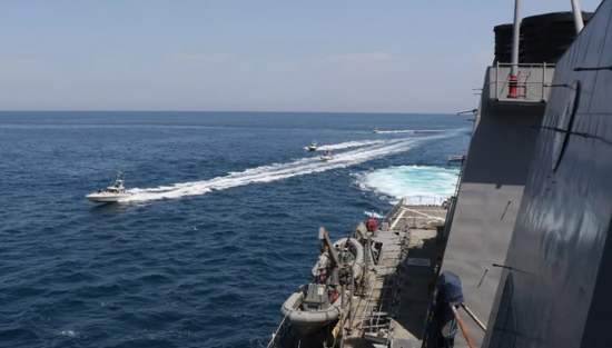 【蜗牛棋牌】美伊舰艇波斯湾擦枪走火 美军向伊朗巡逻艇开火示警