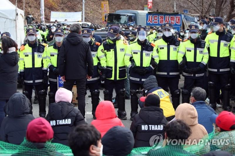 """【蜗牛棋牌】韩""""萨德""""基地今将运入建材 居民示威强烈反对"""