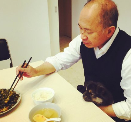 【蜗牛棋牌】吴宇森开微博向网友问好 晒照与爱犬一同吃饭