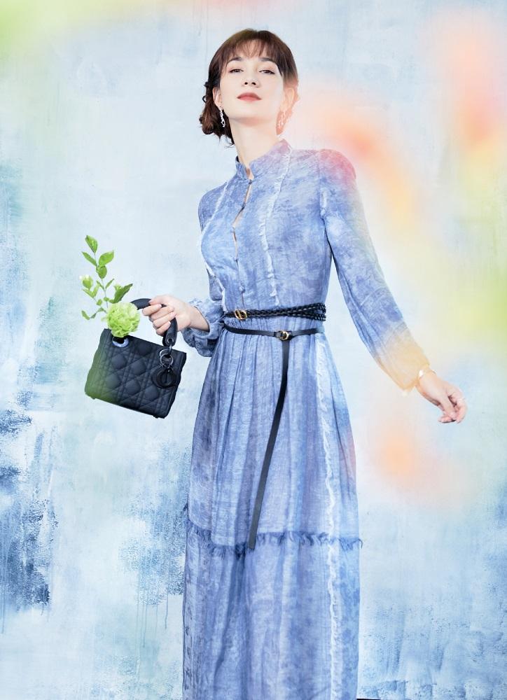 【蜗牛棋牌】卢靖姗优雅亮相品牌活动 束腰长裙尽显温婉典雅
