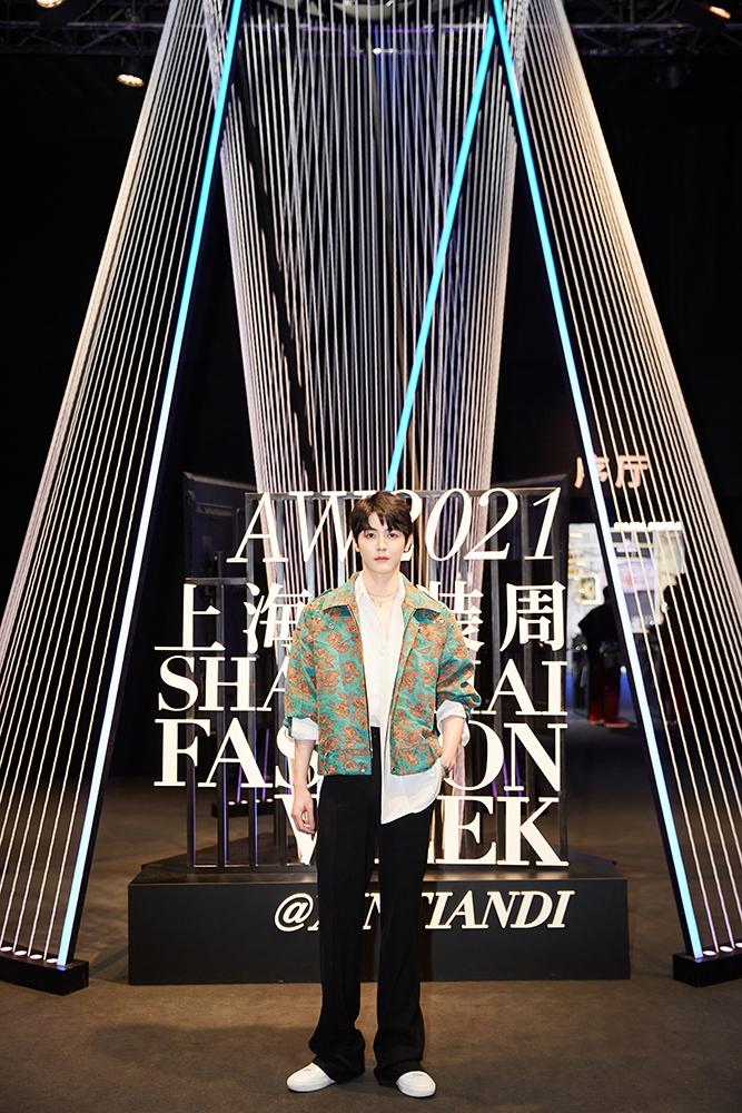 【蜗牛棋牌】戴景耀亮相上海时装周,复古暗花刺绣外套尽显贵公子风范