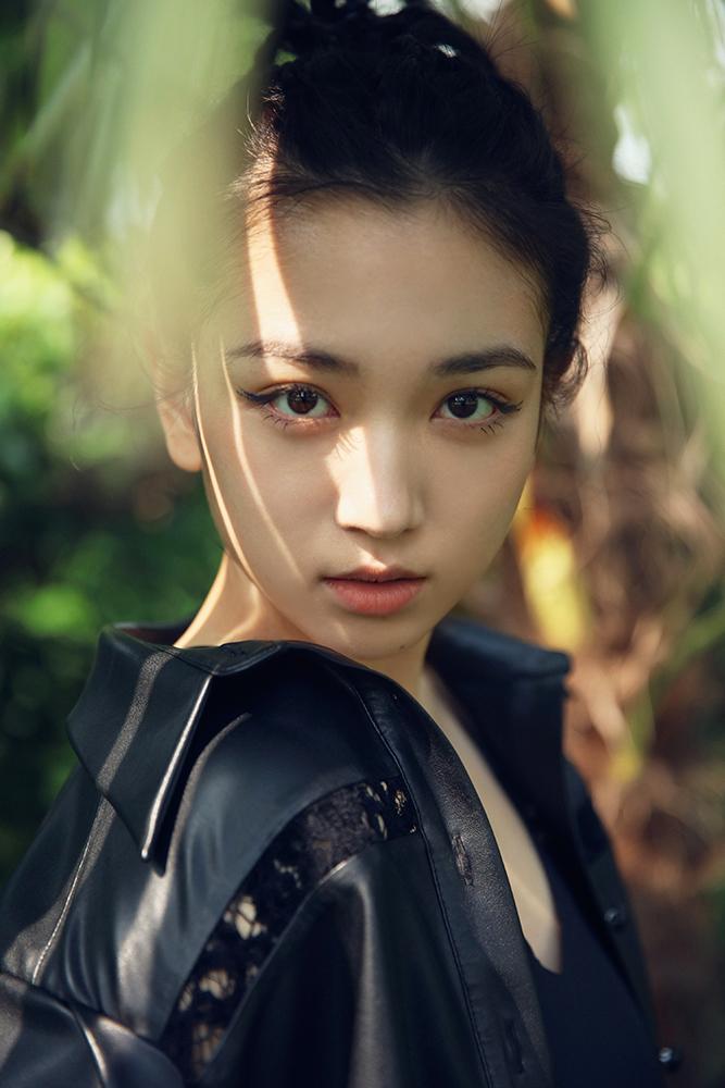 【蜗牛棋牌】代露娃ALL BLACK装扮亮相上海时装周,甜酷兼并彰显超强可塑性