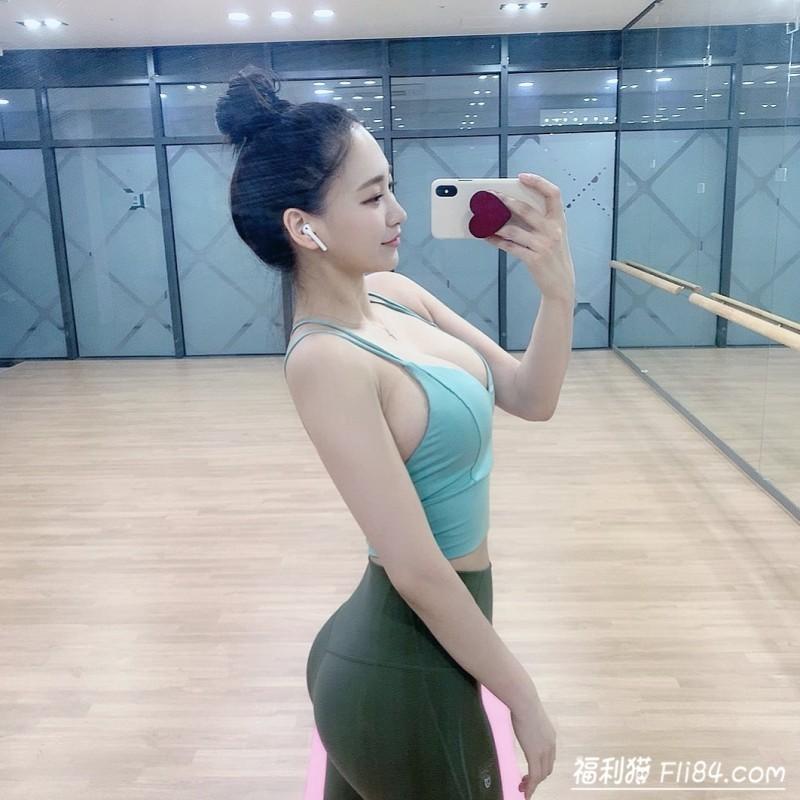 【蜗牛棋牌】今日妹子图20200323:172cm的韩国巨乳美女下班后疯狂打卡健身房!
