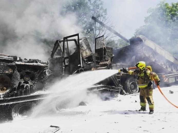 【蜗牛棋牌】波兰公路发生追尾事故:2辆坦克受损