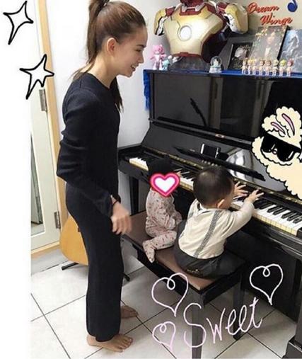 【蜗牛棋牌】昆凌陪女儿弹琴照 小周周穿连脚裤萌爆
