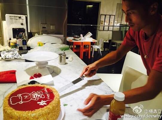 【蜗牛棋牌】谢霆锋35岁生日切蛋糕 被粉丝嫌弃:太黑
