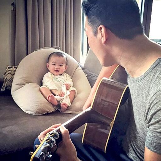 """【蜗牛棋牌】谢天华弹吉它 7个月大儿子甜笑变""""铁粉"""""""