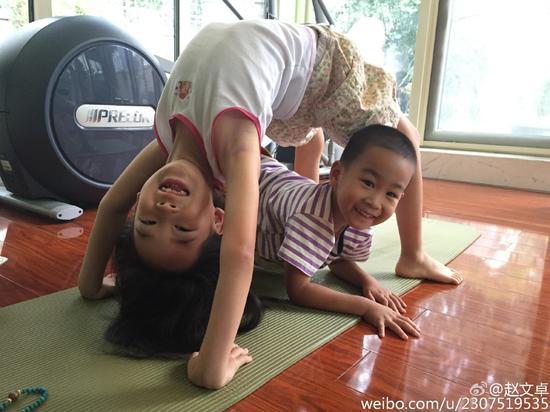 【蜗牛棋牌】赵文卓女儿下腰功力了得 和弟弟玩耍温馨
